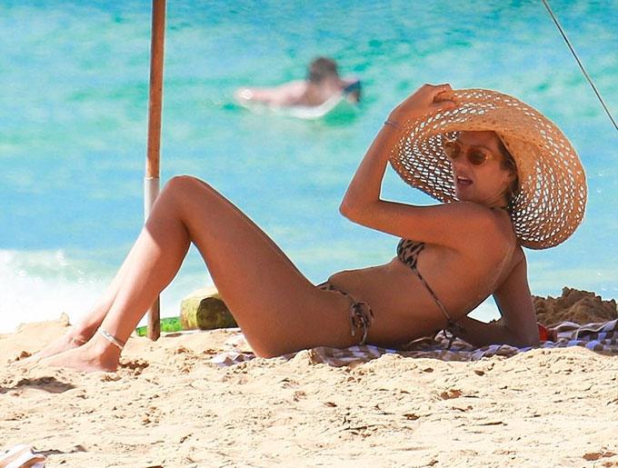 thien-than-noi-y-candice-mac-bikini-lo-bung-bau-nho-xiu-tren-bai-bien-5