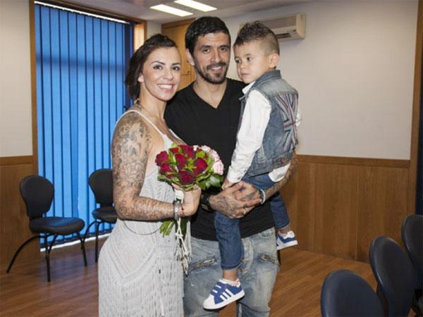 Lucho Gonzalez và vợ Andreia Marques.