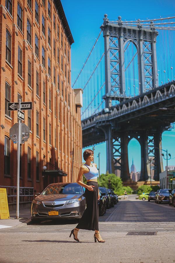 Trong bộ ảnh thời trang mới, cô diện các trang phục sexy, khoe khéo body nóng bỏng. Bộ hình được chân dài thực hiện tại Mỹ trong dịp sang công tác và du lịch.