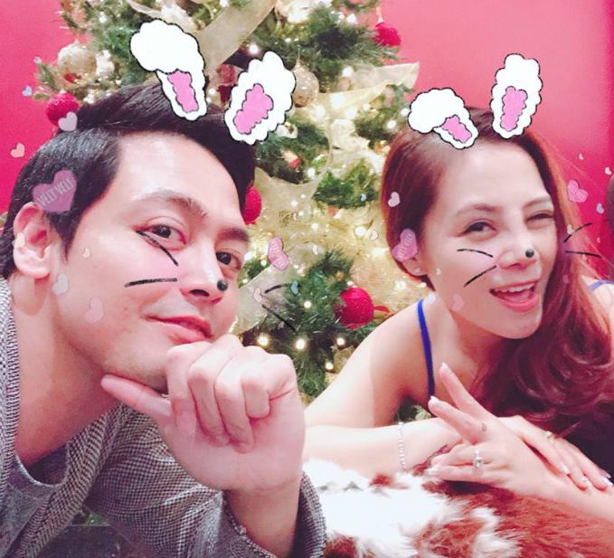 MC Phan Anh rủ vợ chụp ảnh với icon tai thỏ dễ thương.