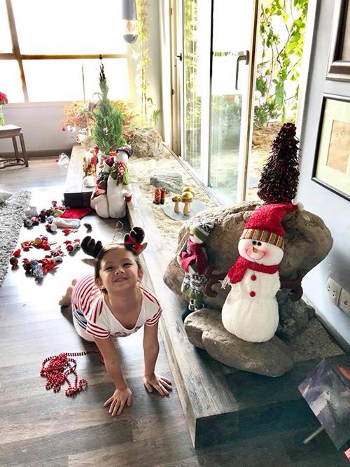 Bé Tôm nhà Hồng Nhung thích thú hoá thân thành chú tuần lộc dưới cây thông Noel.