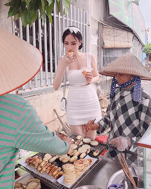 Dù đang mặc váy đầm nhưng Angela Phương Trinh không ngại xuống phố, sà vào hàng quà vặt.