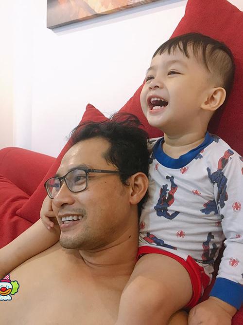 Bé Happy nhà Huỳnh Đông cười thích chí khi ngồi trên vai ba xem tivi.
