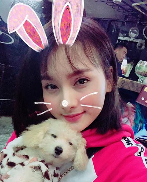 Bảo Thanh ôm chú cún vào lònglòng