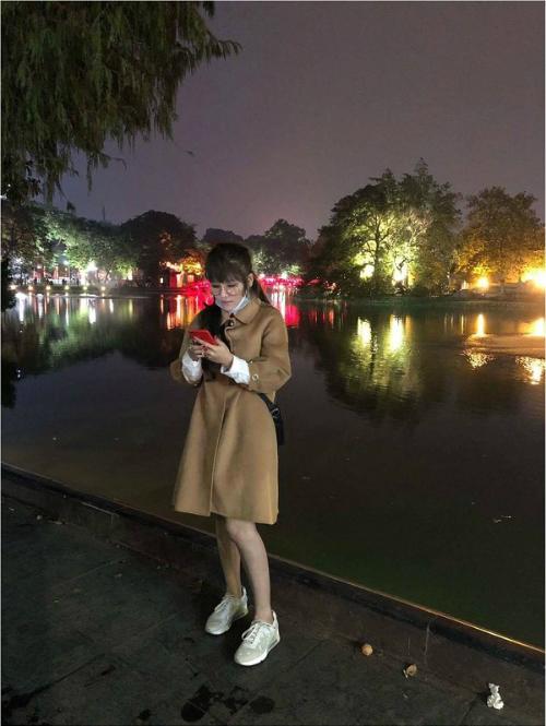 Kim Yến chụp tại Hồ Gươm, Hà Nội.
