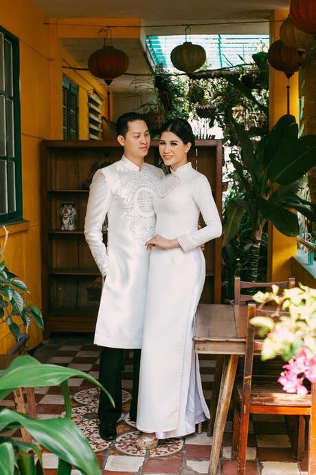 Trang Trần diện áo dài trắng, e ấp bên bạn đời.