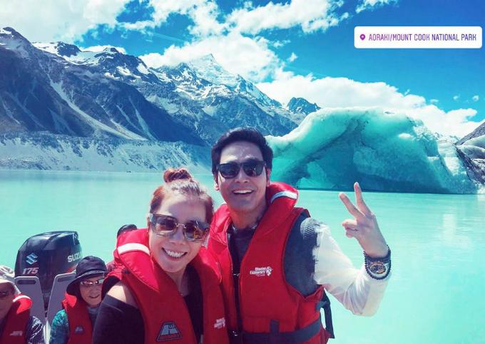 Hai vợ chồng Phan Anh đang có kỳ nghỉ ở New Zealand, leo lên đỉnh núi Aoraki. Anh chia sẻ: đưa nhau lên đỉnh ❤ Hihi, phê quá phê, mỗi tội được có 45 phút thôi ah. Hết tour. See you next time, mất rồi!.