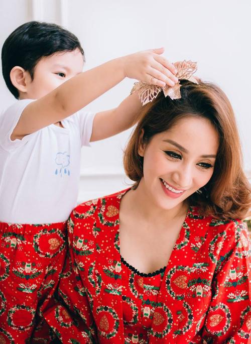 Kubi ân cần cài nơ lên mái tóc mẹ Khánh ThiThi. Phan Hiển chia sẻ cảm xúc: Gia đình là nơi cuộc sống bắt đầu và tình yêu không bao giờ kết thúc.