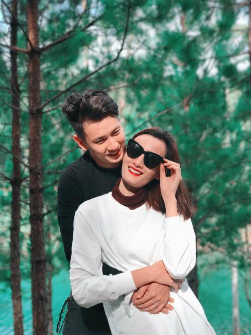 Vợ chồng Lê Thuý ôm nhau ngọt ngào giữa rừng thông Đà Lạt.