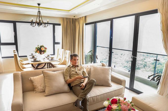 Ca sĩ Đàm Vĩnh Hưng với căn hộ hiện đại, mang phong cách bán cổ điển cùng các nội thất sang trọng mà anh mới tậu tại New City.