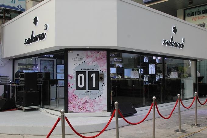 Mới đây, showroom Sakura khai trương với diện mạo mới tại số 110, Cách Mạng Tháng Tám, quận . Đây là cam kết của thương hiệu với tất cả chị em - vì một làn da Việt không còn sạm, nám, thâm, mụn. Tại đây, chị em sẽ được soi khám da và tư vấn miễn phí trong không gian tinh tế  tại Showroom.