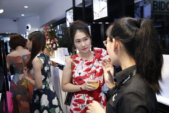 MC Thanh Thảo chăm chú lắng nghe tư vấn sản phẩm
