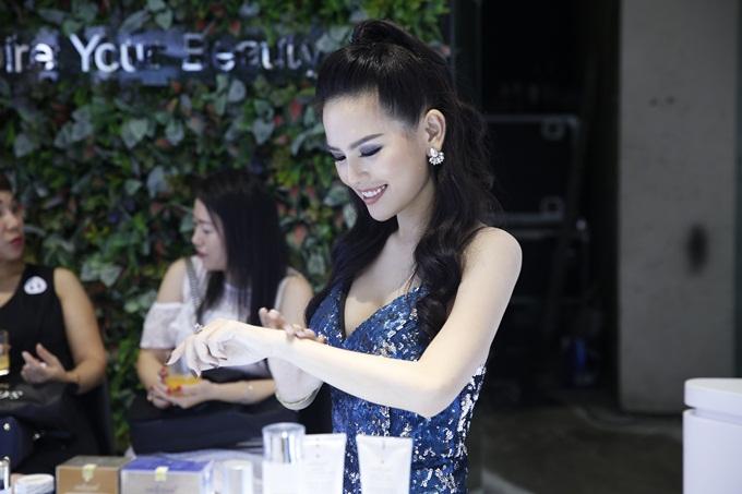 Trang Phi hài lòng sau khi thử sản phẩm.