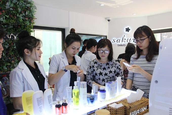 Soi khám , tư vấn miễn phí cùng đội ngũ chuyên viên nhiệt tình tại Showroom Sakura