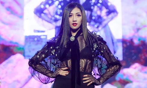Tú Anh mặc áo xuyên thấu nội y khi làm model trong show tóc