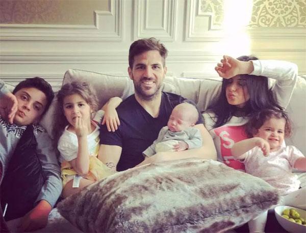 Tiền vệ Chelsea bên ba con chung và hai con riêng của người tình.