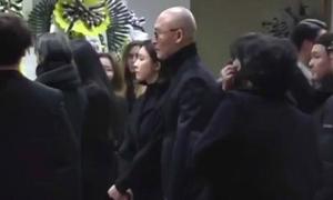 Người yêu cũ đến lễ viếng khóc thương Jonghyun