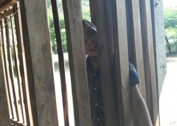 Suốt 5 năm, ngày nào Porrames cũng ở trong chiếc chuồng gỗ từ sáng đến tối mịt trước khi bố từ chỗ làm về và đưa vào trong.