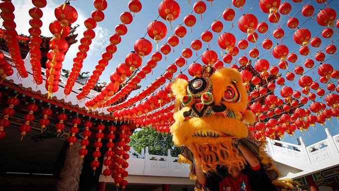 Đèn lồng và những vật màu đỏ được xem là mang đến may mắn cho năm mới ở Malaysia.