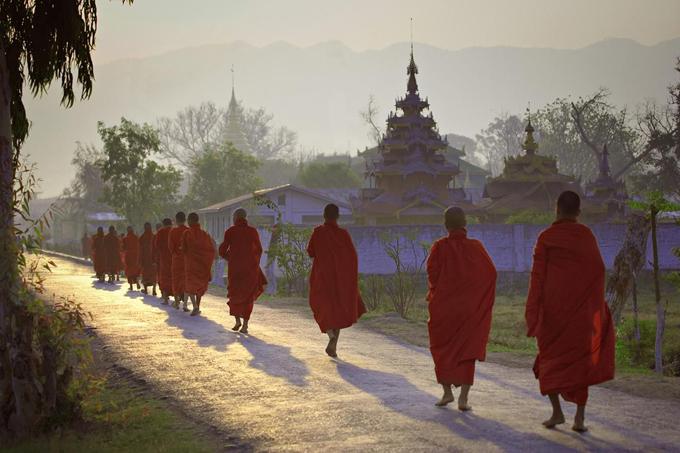 Màu sắc Phật giáo trên từng nẻo đường ở Myanmar.