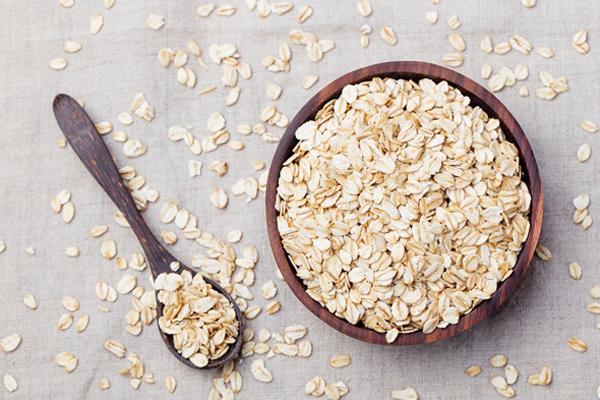 Yến mạch là loại ngũ cốc rất tốt cho sức khỏe. Yến mạch chứa một chất xơ hòa tan mạnh tên là beta-glucan, có ảnh hưởng tốt đến lượng đường trong máu và cholesterol.