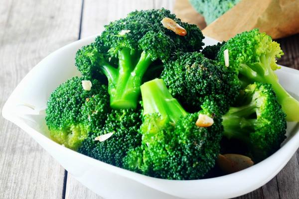 Một chén bông cải xanh luộc chứa khoảng 5,1 g chất xơ, 2 g protein, 288 mg kali, và 43 mg canxi.