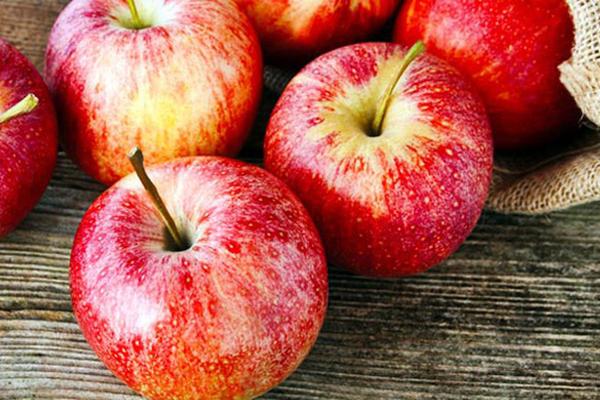 Táo giàu chất xơ hòa tan, giúp điều chỉnh lượng cholesterol.