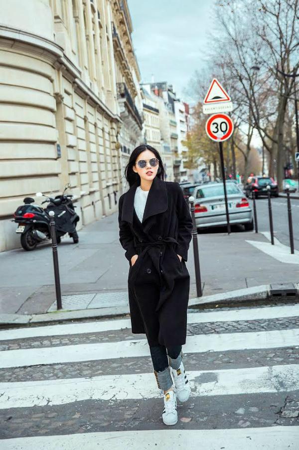 Nữ diễn viên sinh năm 1997, trẻ hơn đàn chị Ngọc Trinh 8 tuổi. Tuy nhiên cô theo đuổi lĩnh vực phim ảnh chứ không muốn trở thành người mẫu vì tự cho là chiều cao của mìnhkhiêm tốn, chỉ 1,7m.
