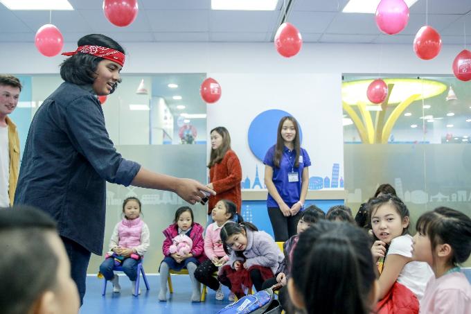 Tuy nhiều học viên còn ít tuổi nhưng các em đã rất tự nhiên giao tiếp bằng tiếng Anh với anh Jayden.Giao lưu với các học viên Apollo, Jayden chia sẻ về đam mê âm nhạc và ngôn ngữ. Ngoài thông thạo tiếng Anh do sống ở nước ngoài từ nhỏ, cậu bé cũng đang học tiếng Việt và đã có thể giao tiếp rất tốt. Jayden cho rằng học tiếng Việt còn khó hơn tiếng Anh rất nhiều, tuy nhiên, chỉ cần học tập bằng cả trái tim thì đam mê nào cũng có thể đạt được.