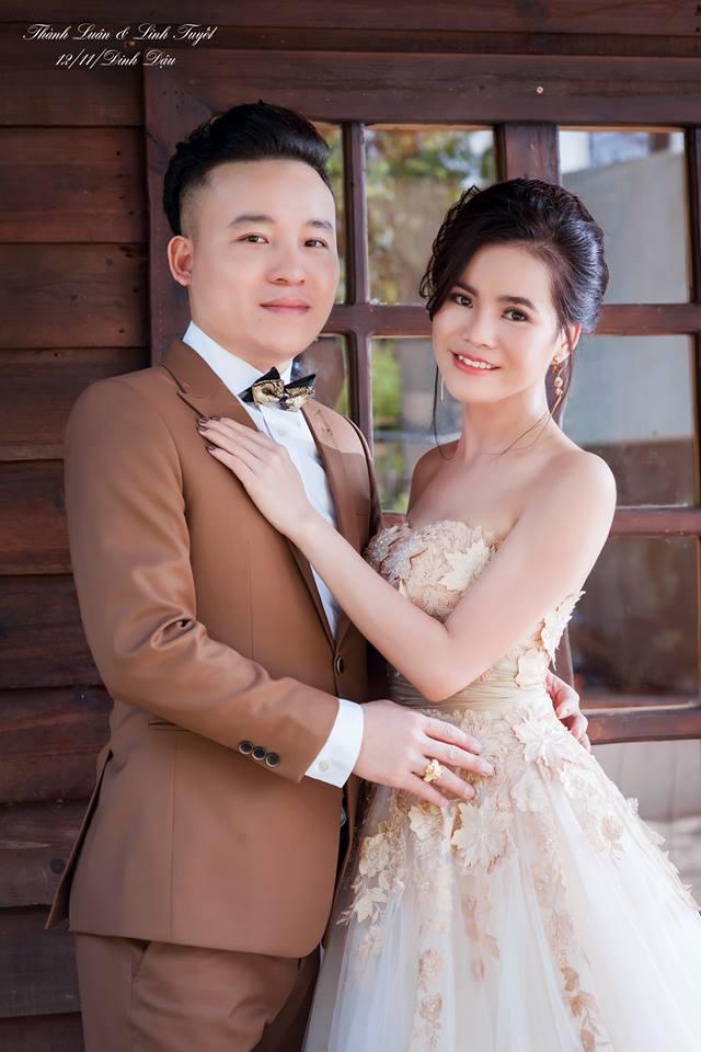 Linh Tuyết và ông xã Thành Luân cười rạng rỡ khi chụp ảnh cưới.
