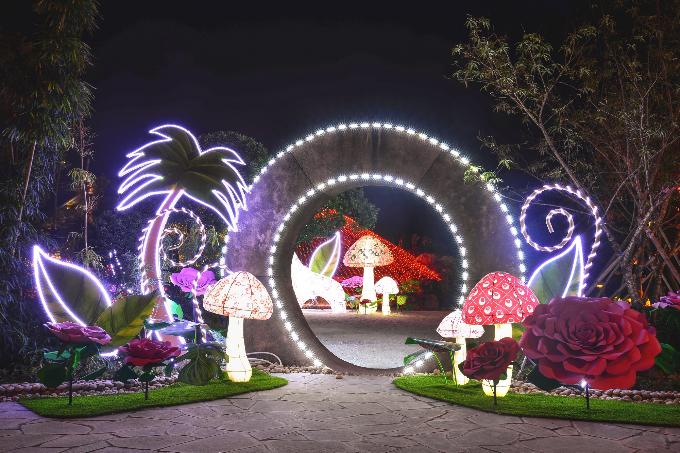 Tổ hợp vui chơi giải trí đẳng cấp Sun World Halong Complex do Tập đoàn Sun Group đầu tư sẽ đem đến miền di sản Hạ Long một lễ hội ánh sáng độc đáo cho dịp Giáng sinh và năm mới 2018. Lấy cảm hứng từ câu chuyện Alice ở xứ sở thần tiên, lễ hội sẽ biến khu Vườn Nhật trên đỉnh Ba Đèo và không gian Sun World Halong Complex thành xứ sở diệu kỳ với những tác phẩm nghệ thuật ánh sáng cùng nhiều chương trình hoạt náo sôi động, cuốn hút.