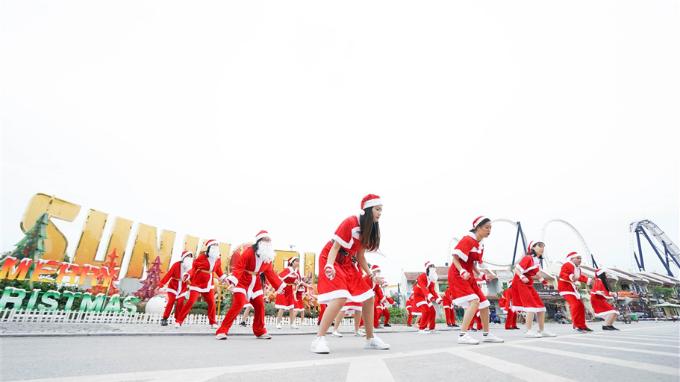 Khuấy động không khí Giáng sinh sẽ là những màn trình diễn nghệ thuật ánh sáng độc đáo như múa body painting phát quang, múa trang phục led, múa lửa, múa trống; belly dance cánh led, xiếc ánh sáng hay màn nhảy flash mob của các ông già Noel trẻ trung.