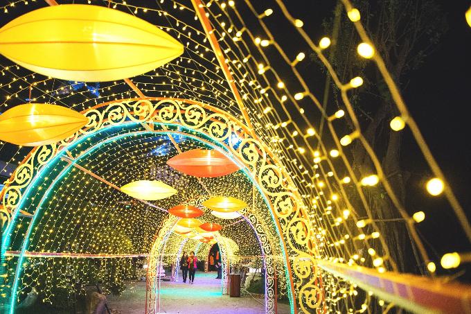 Bao quanh viên ngọc lung linh đó là một đường hầm ánh sáng được thắp lên bởi dải đèn led rực rỡ và những chiếc đèn lồng độc đáo. Nhiều mô hình đèn lồng với thiết kế ấn tượng được đặt quanh không gian ngọn đồi ánh sáng, để du khách đủ mọi lứa tuổi có thể check-in ở bất cứ góc nào.