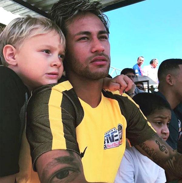 Neymar bị cáo buộc nợ tiền bác sĩ khi sinh con trai đầu lòng