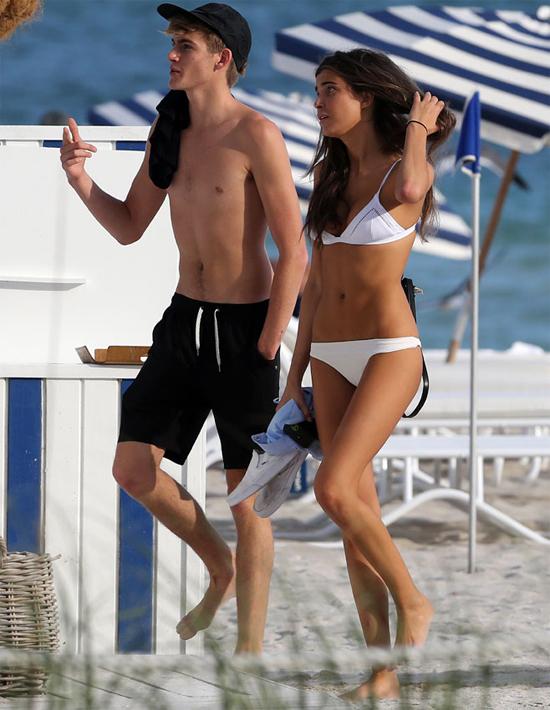 Vào tuần trước, cậu từng được trông thấy đi tắm biển với Charlotte DAlessio nhưng khi đó hai người chưa công khai chuyện tình cảm.