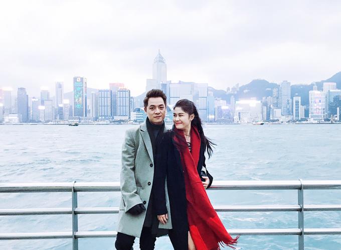 Du khách nào đến Hong Kong cũng nhất định phải check in ở khu vực phố đi bộTsim Sha Tsui nằm sát vịnh Victoria, mộtđịa điểm rất phù hợp để quay phim, chụp ảnh mang đặc trưngHong Kong về đêm. Sau những giờ ghi hình cho MV mới, hai vợ chồngtới Lan Kwai Fong (Lan Quế Phường) - khu vui chơi về đêm thú vị nhất ở Hong Kong để cảm nhận không khí sôi động của một thành phố trẻ trung, năng động.