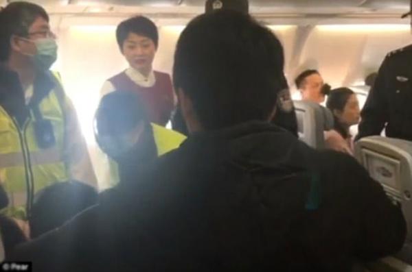 Hành khách la hét 'bị quỷ ám' khiến máy bay hạ cánh khẩn cấp
