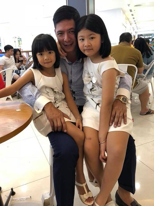 Hai con gái của Bình Minh dính chặt lấy ba không rời.