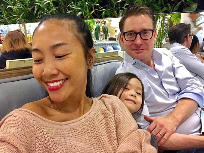 Đoan Trang cùng ông xã đưa con gái đi chơi. Cô viết: ngày có ba ở nhà.  Buổi tối SaiGon trở lạnh dưới 20 độ,nhưng có 3 người vẫn cảm thấy rất ấm áp.