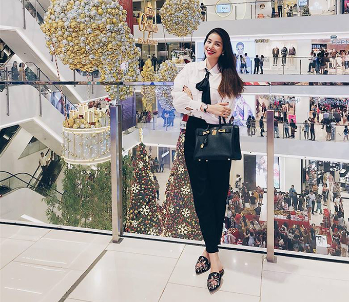 Phạm Hương lên đồ, dạo trung tâm thương mại, tận hưởng không khí Giáng sinh.