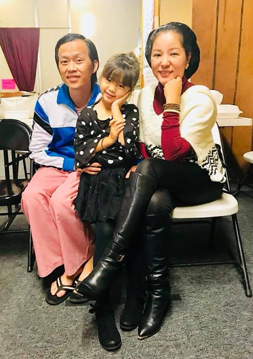 Thuý Nga đưa con gái Nguyệt Cát tới chúc mừng sinh nhật người anh thân thiết trong nghề - danh hài Hoài Linh.