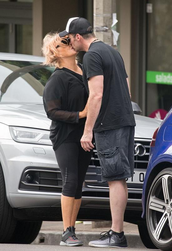 Hugh trao nụ hôn dịu dàng cho bà xãDeborra-Lee Furness.