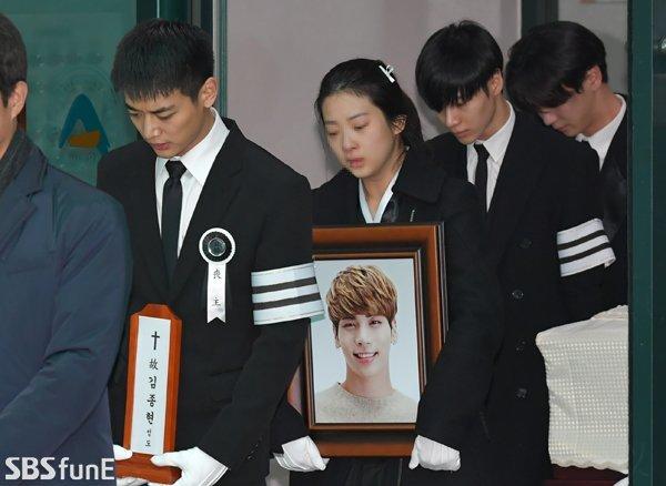 Sáng nay 21/12, tang lễ của Jonghyun - thành viên nhóm SHINee diễn ratrong không khí đau buồn. Theo nguyện vọng của gia đình người quá cố, địa điểm chôn cất Jonghyunsẽ được giữ bí mật. Hộ tống di ảnh, linh cữu Jonghyun khỏi nhà tang lễ Asan sáng nay là chị gái và những người anh em thân thiết, ai nấy đều đau đớn vật vã.