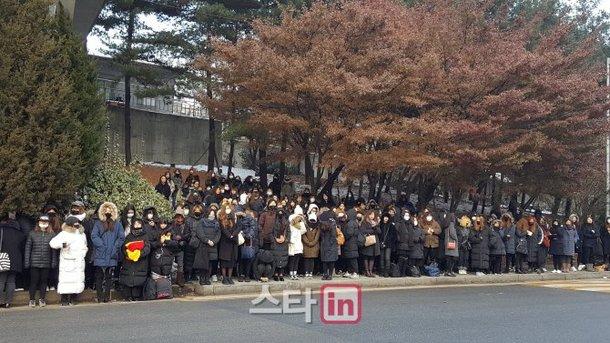Bên ngoài nhà tang lễ, người hâm mộ Jonghyun cũng như SHINee đứng thành hàng, im lặng khóc. Khoảng 10.000 người đã đến lễ viếng để nhìn mặt nam ca sĩ lần cuối và đưa anh về cõi vĩnh hằng.