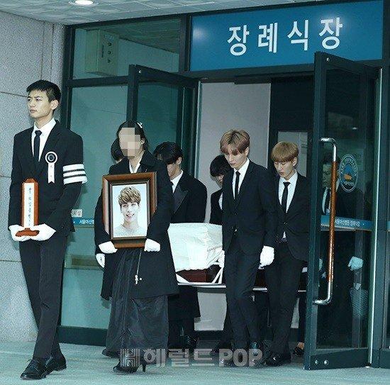 Chị gái khóc nghẹn ôm di ảnh Jonghyun trong ngày đưa tang