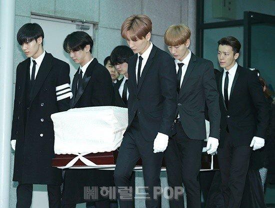 Jonghyun ra đi ở tuổi 27, anh tự tử tại một căn hộ thuê ở Seoul, sau những ngày vật vã với căn bệnh trầm cảm.
