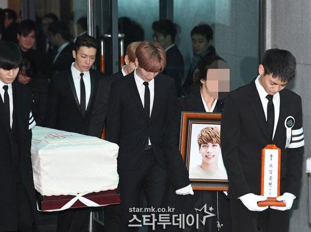 Những người khiêng quan tài lần lượt làOnew, Key, Taemin, Leeteuk, Donghae và Enhyuk.