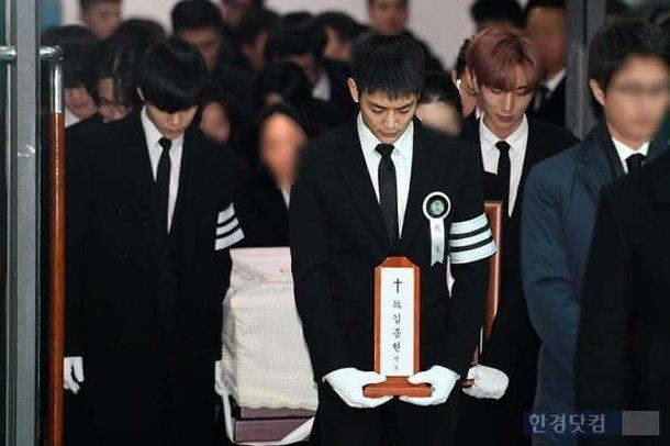 Chị gái khóc nghẹn ôm di ảnh Jonghyun trong ngày đưa tang - 5