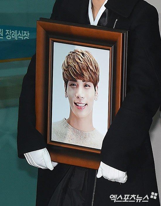 Trong bức di ảnh, Jonghyun cười rạng rỡ. Bức thư tuyệt mệnh để lại, ca sĩ này viết: Nếu bạn không thể mỉm cười tiễn tôi ra đi, hãy đừng trách móc tôi. Thực sự là tôi đã làm việc chăm chỉ rồi... .
