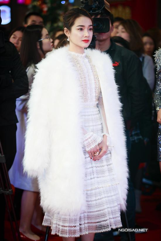 Vũ Ngọc Anh hở trọn lưng trần, lấn át Nhã Phương tại event phim 'Lôi báo'